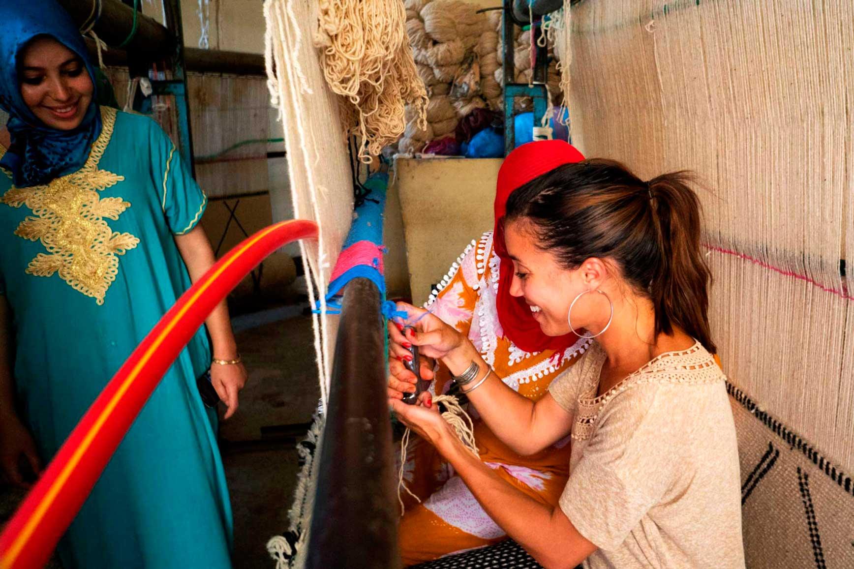 Nasia-Burnet-aprendiendo-a-tejer-en-Marruecos